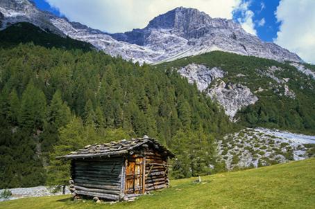 In Val Zebr�, tipica baita e alle spalle le pareti del Monte Cristallo